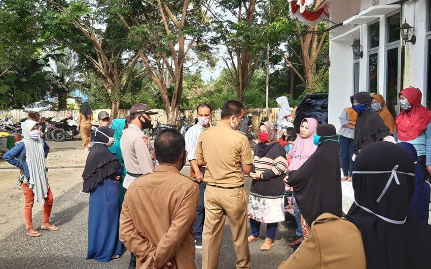 Ibu-ibu di Muratara Demo Kantor Bupati
