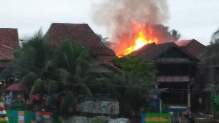 Mobil Damkar tak Bisa ke Lokasi, Warga Pakai Ember Padamkan Kebakaran di Muratara