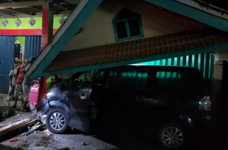 Mobil Dinas Pemkot Lubuklinggau Tabrak Rumah Kades