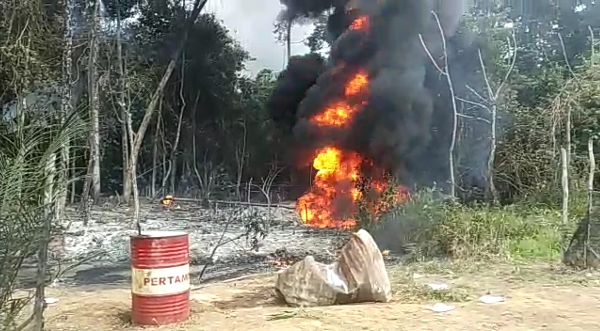 Asap Membumbung, Tambang Minyak Ilegal di Muratara Meledak