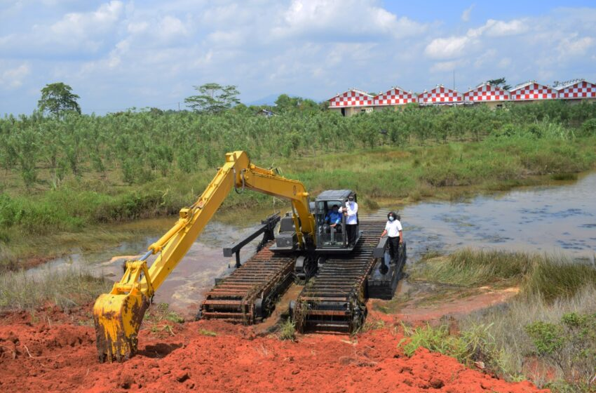 Bupati Musi Rawas Ujicoba Alat Berat Baru Excavator Amphibious