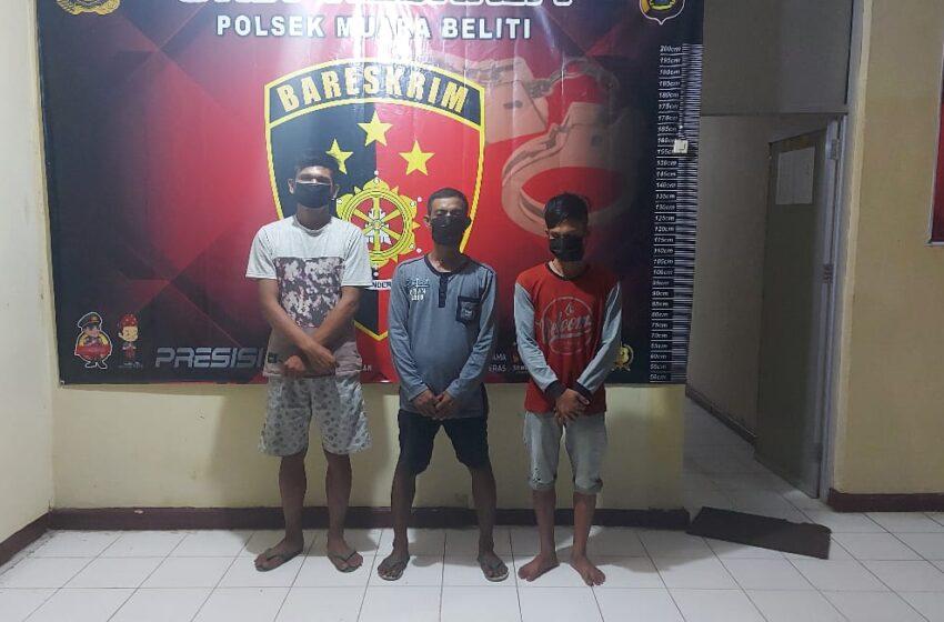 Tiga Orang ini Nekat Naik ke Atap Gudang untuk Mencuri