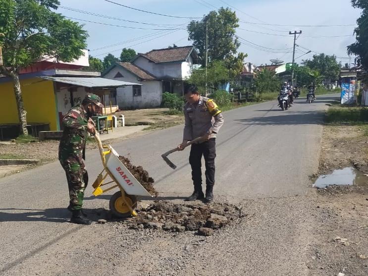 Ini yang Dilakukan Anggota TNI dan Polri di Tengah Jalan