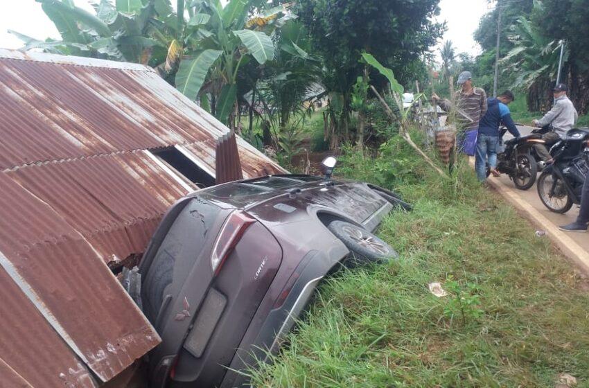 Mobil Tabrak Rumah Warga Kebur Jaya